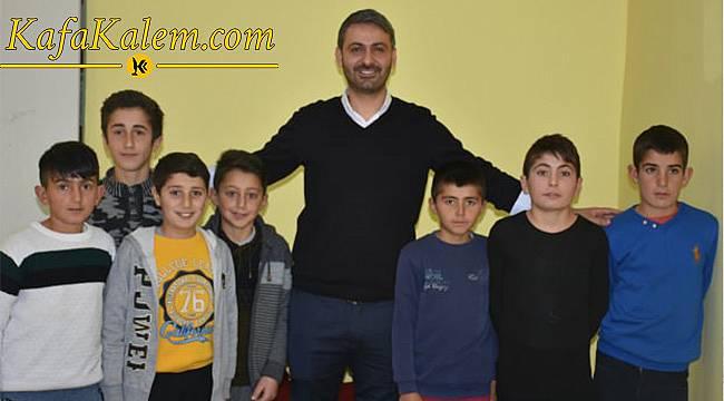 Bingöl'de Yatılı Okuldaki Türkçe Öğretmeni Kuaförlük Yapıyor!