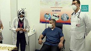Sağlık Bakanı Fahrettin Koca canlı yayında koronavirüs aşısı oldu